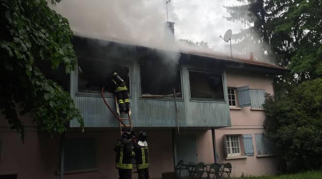 pompieri a fino sottotetto bruciato