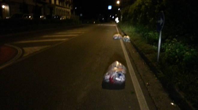 sacchi per strada con vento