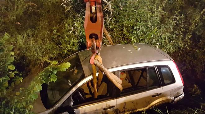 auto nel torrente a lipomo di notte