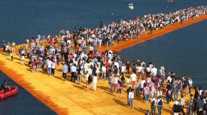 gente passerella christo lago iseo