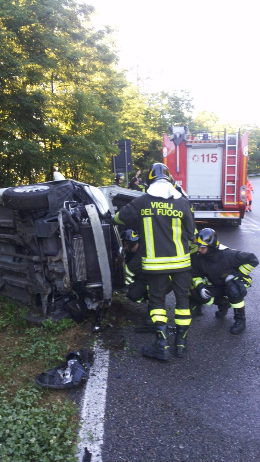 incidente fino, auto ribaltata