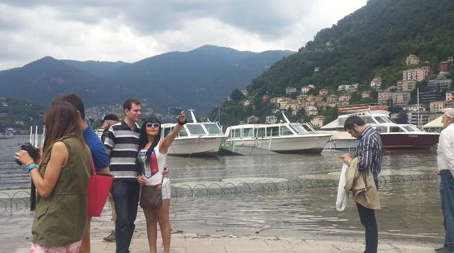 turisti ed esondazione lago di como