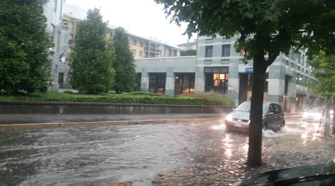 allagamenti e disagi a Como per il diluvio in strada