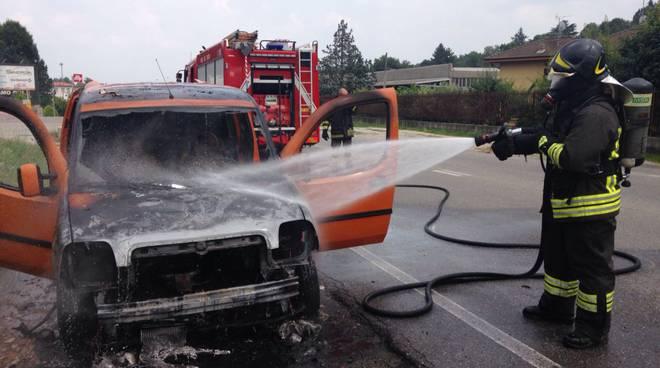 furgone in fiamme a tavernerio