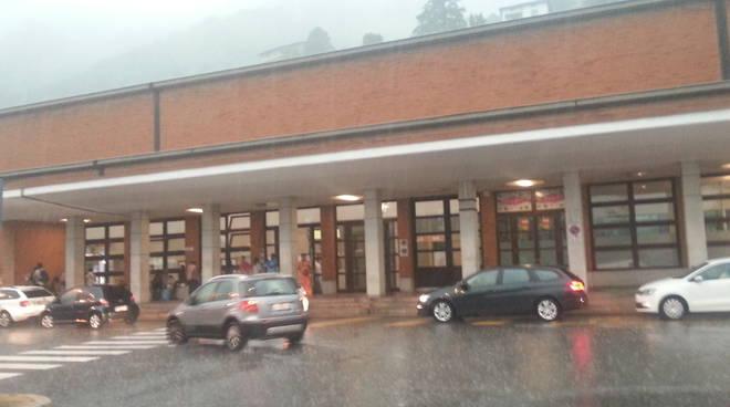 migranti como in stazione per pioggia