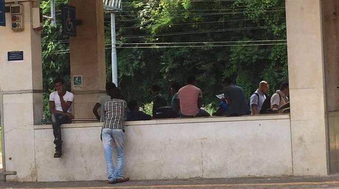 profughi in stazione a como bivacco