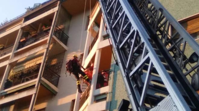 soccorso dai pompieri a Como, calato dalla finestra