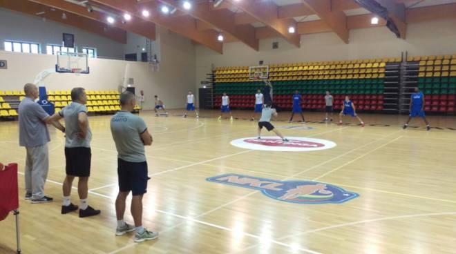 allenamento pallacanestro cantù in lituania