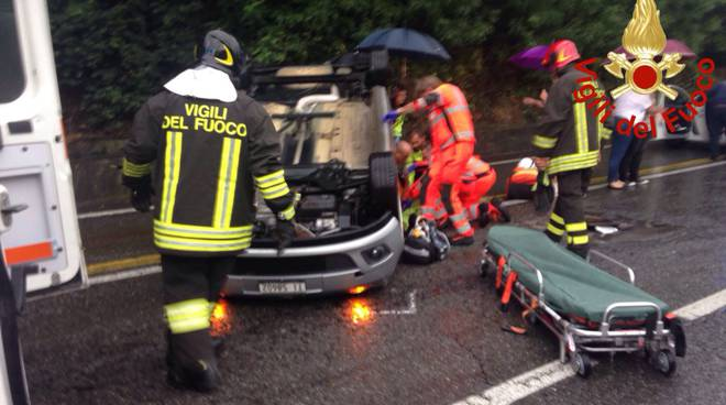 incidente ponte chiasso, auto ribaltata