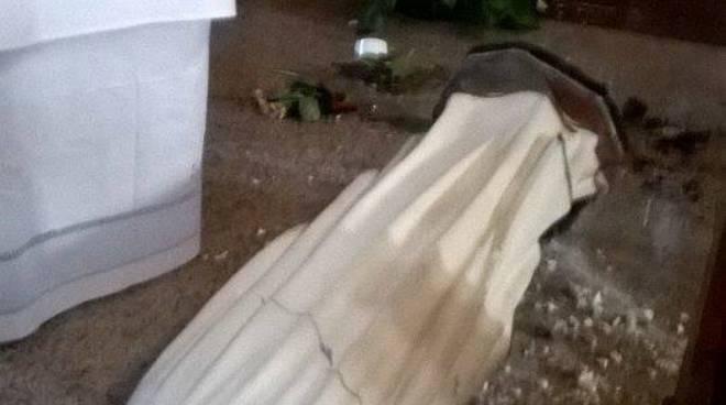 Choc a Grandate: ignoti danneggiano la statua della Madonna di Lourdes foto