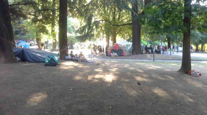 migranti campo profughi a como