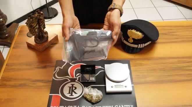 pistola e droga sequestrate da carabinieri