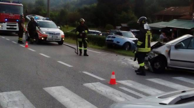 incidente frontale auto fino mornasco