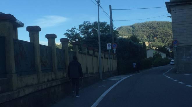 migranti a piedi verso san rocco