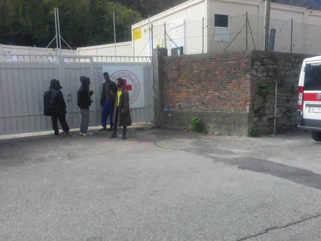 Migranti in coda per entrare a mangiare a San Rocco