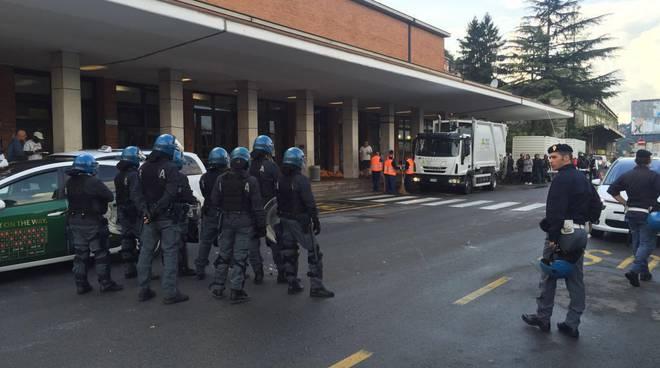 polizia sgombero migranti stazione como