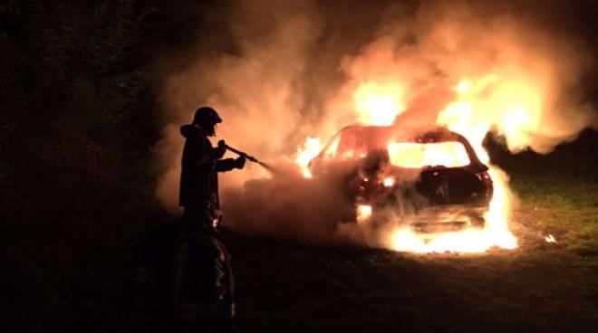 auto in fiamme notte appiano gentile