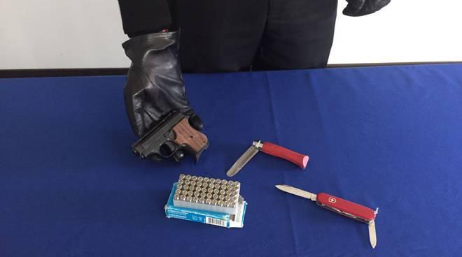 carabinieri e pistola giocattolo