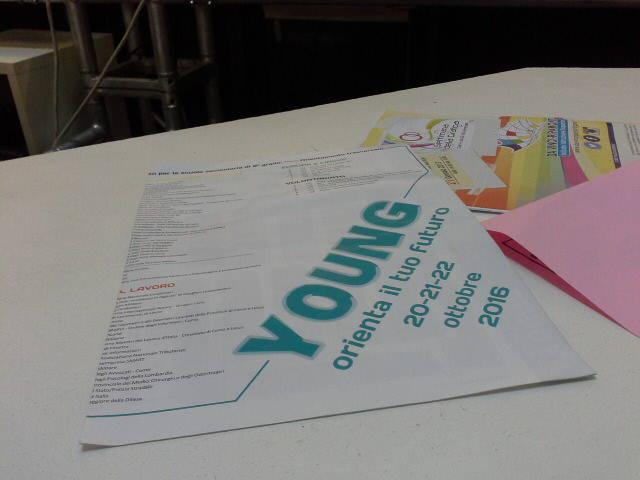Erba, pianone di studenti per Young e il futuro sui libri