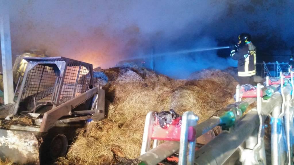 incendio nella notte, cascinale in fiamme a Val Rezzo