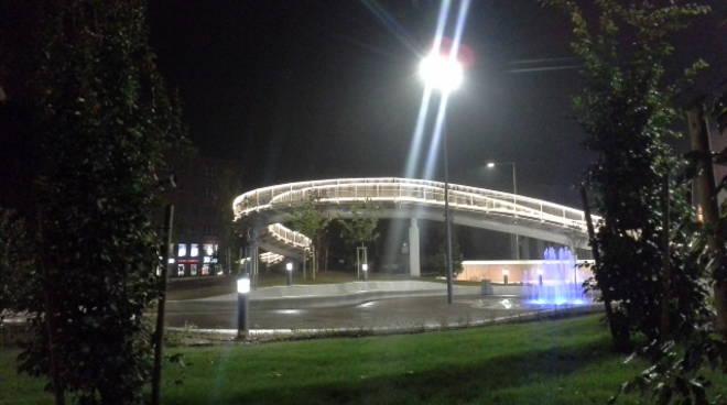 ponte illuminato a Camerlata, la prima notte