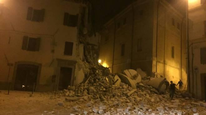 terremoto centro italia crollo notte
