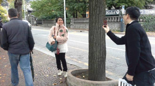 turisti lungolago di como selfie
