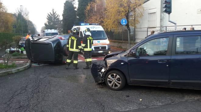 incidente mariano comense, auto ribaltata