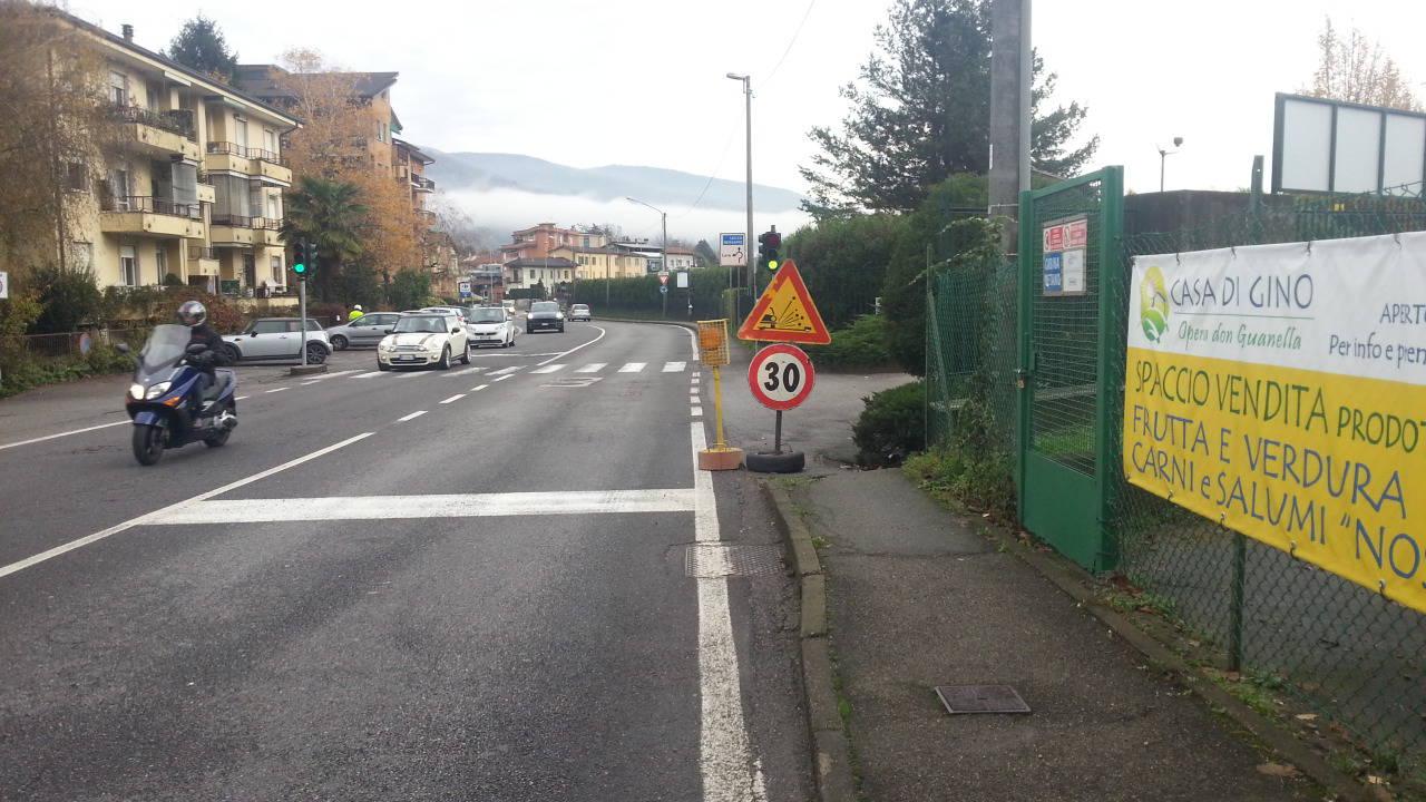 Lora, via Oltrecolle: tante buche pericolose in strada