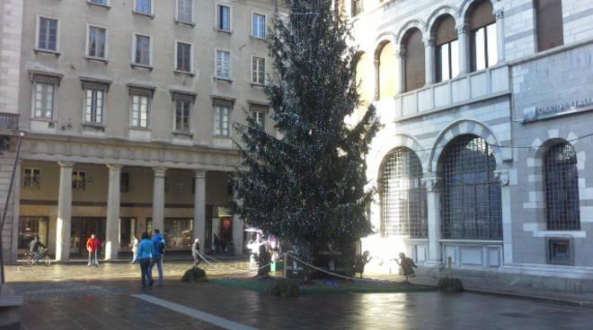 albero dei balocchi como di giorno e piazza angeli