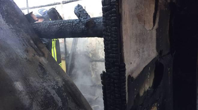 incendio magazzino a dongo: grande spavento
