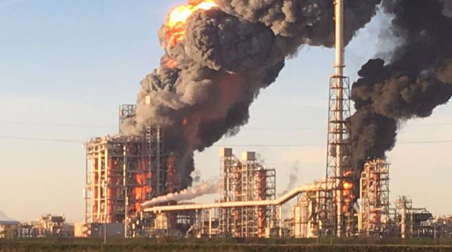 incendio raffineria pavia