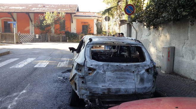 como auto incendiata via petrarca