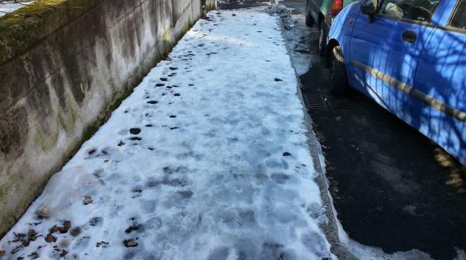 lora ghiaccio marciapiedi