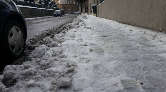 marciapiedi como sporchi di neve