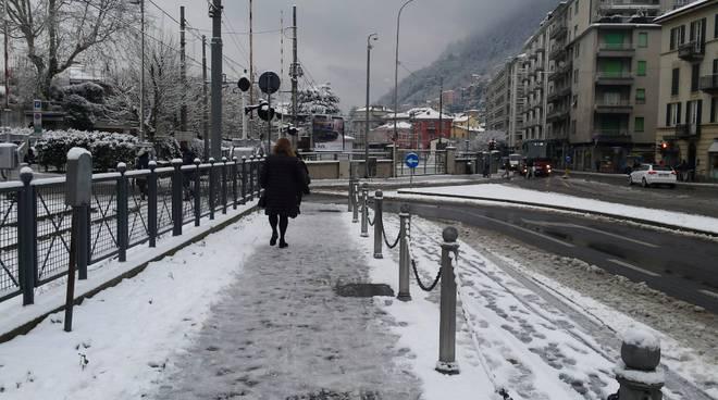 marciapiedi sporchi neve e ghiaccio como