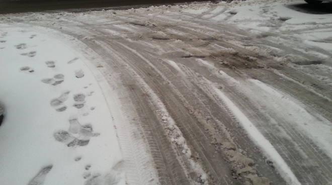 marciapiedi sporchi per neve e ghiaccio