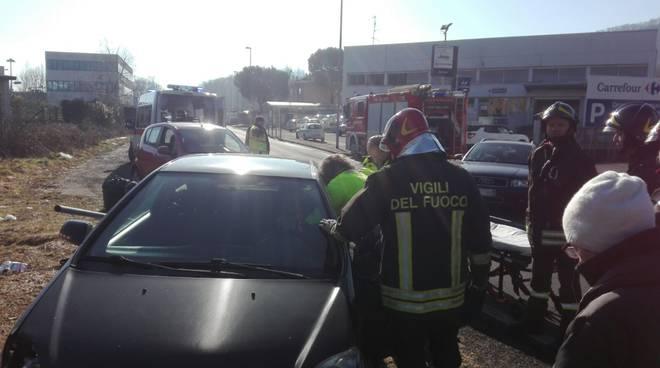 auto contro cartello tavernerio