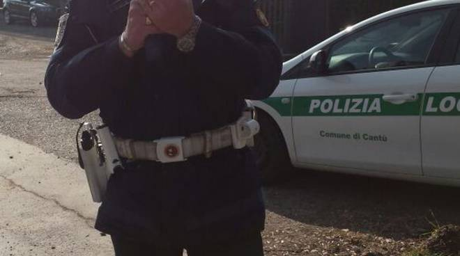 auto polizia locale di cantù con agente