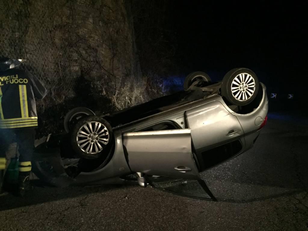 Auto si ribalta a Dizzasco, spavento per il conducente