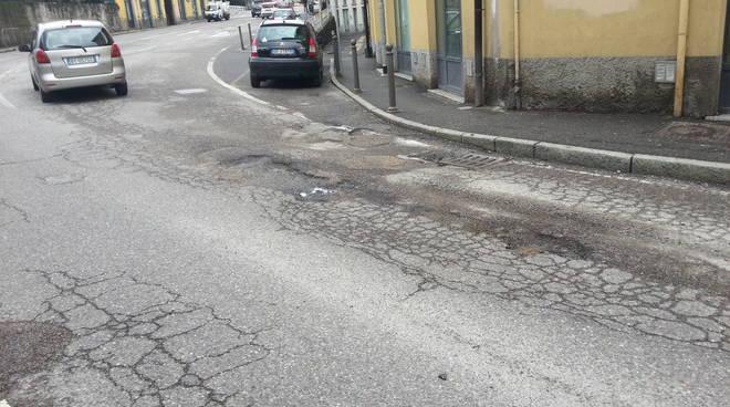 Como, la pioggia pulisce l'aria ma peggiora le strade