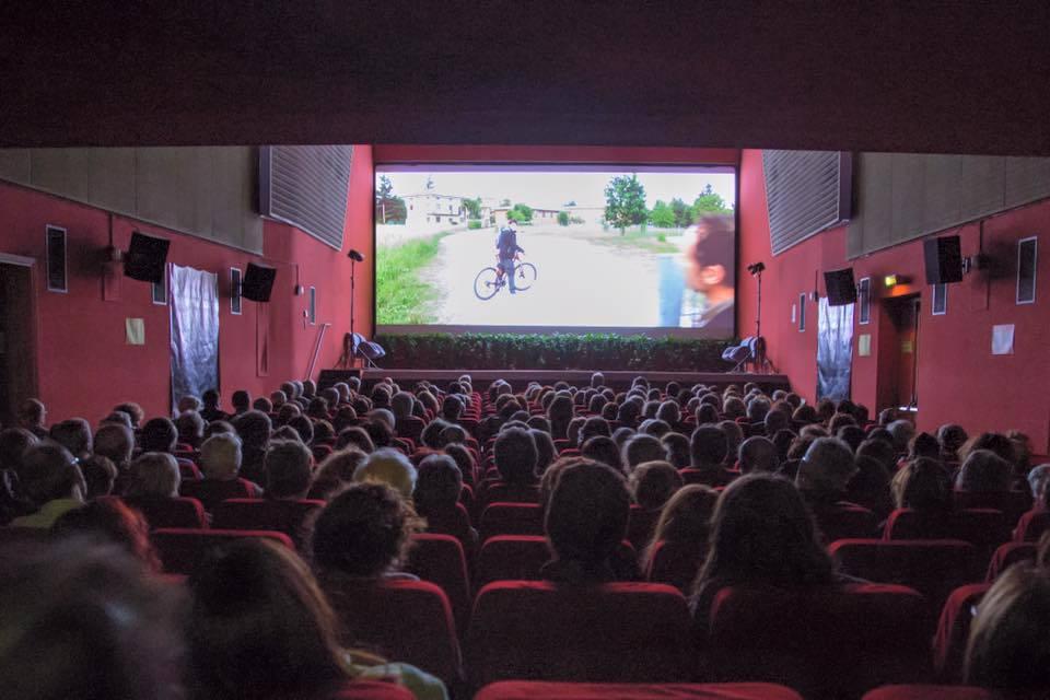 Risultati immagini per UN BACIO NELLA SALA CINEMATOGRAFICA