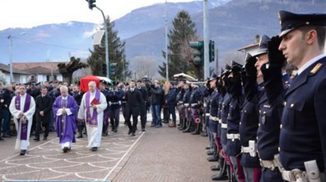 funerale poliziotto morto a colico