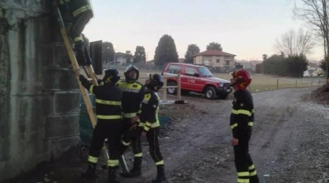 I pompieri controllato la tenuta del ponte di Cantù Asnago