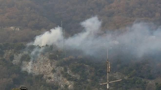 incendio sopra lenno bosco tremezzina