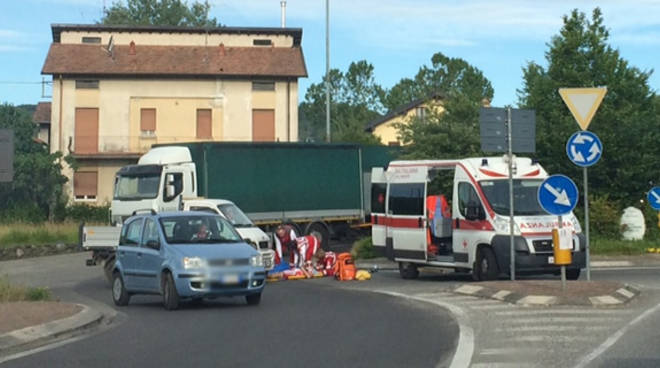 incidente cicloturista a terra soccorso ambulanza