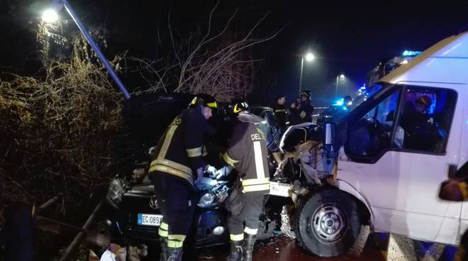 incidente frontale senna comasco auto furgone