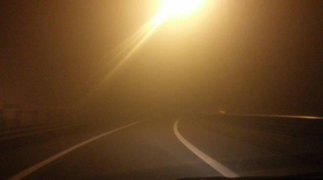 La grande nebbia sulla A9: visibilità ridotta e disagi
