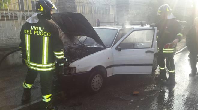 La vecchia Uno si incendia davanti alle Orsoline di Como