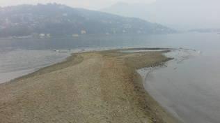 """Lago di Como in secca e rispunta la """"spiaggia"""" al Tempio Voltiano"""